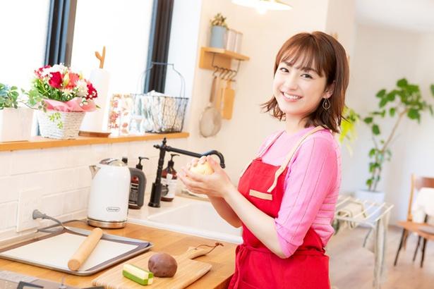 【写真を見る】彼女がキッチンでお菓子作りなう