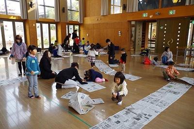 新聞紙を使い、さまざまな競技に挑戦する子どもたち
