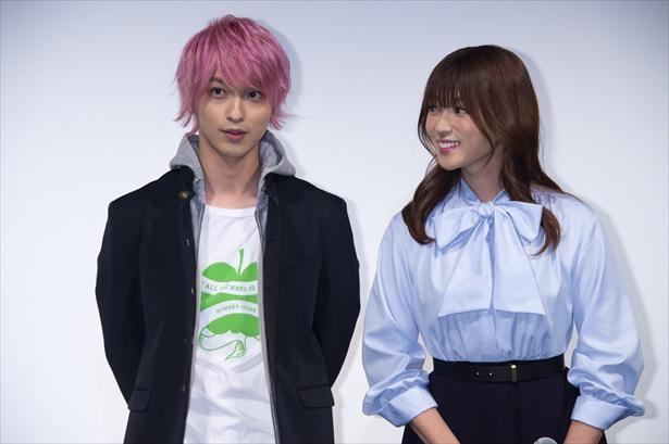 【写真を見る】仲よくイベントに登場した深田恭子と横浜流星