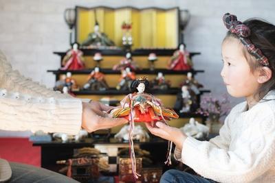 子供に雛人形を受け継ぐ際も、コンパクトな雛人形でかまわないので子供用の雛人形を用意してあげるとよい
