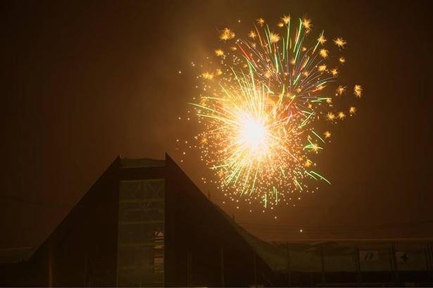 【写真を見る】冬の空気は澄んでいるので、花火の色がより鮮やかに見える
