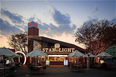「STAR LIGHT」の外観。店頭にはテラス席も
