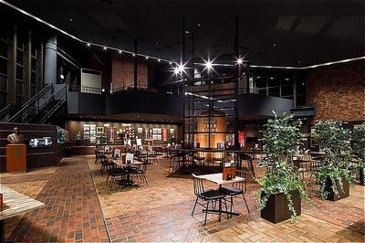 ウッドテイストの開放的な空間が広がる店内。奥には大井競馬にまつわる貴重な品々が展示されたギャラリースペースが広がる