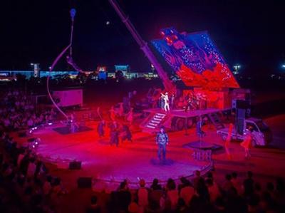 舞台の母体はやなぎデザインのトレーラー車(台湾より輸入)。束の間の邂逅と交合と別れを繰り返す野外劇で、高松など5都市で上演された