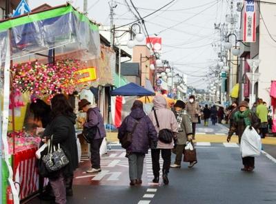 出店が並ぶ「山辺町旧暦初市」。お買い得品を探しに行こう