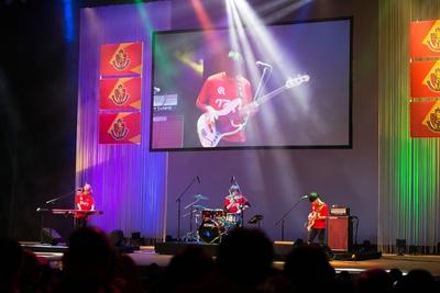 【写真を見る】名古屋グランパス2019シーズン新体制発表会で行われた、クアイフのミニライブの様子