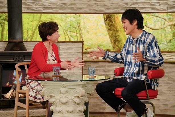 【写真を見る】千原ジュニア(右)の話に、阿川佐和子(左)も夢中に