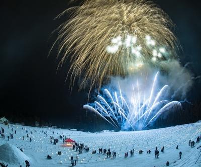 【写真を見る】幻想的な雪洞火ぼたるの灯と花火のコラボレーションは必見