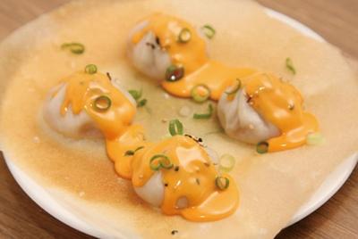 北海道のチェダーチーズをたっぷりのせた、とろ〜りチーズの羽根つき焼小籠包4個(550円)/羽根つき焼小籠包 鼎's ルクア大阪店