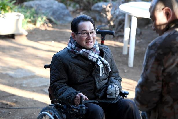 車椅子に乗った弁護士・三栗谷剛を演じる春風亭昇太