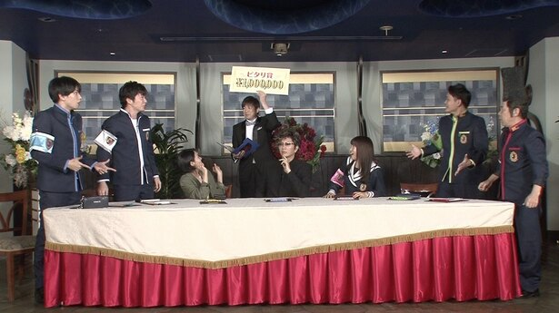 【写真を見る】「ピタリ賞」が発表され、思わず立ち上がった田中圭&中島健人