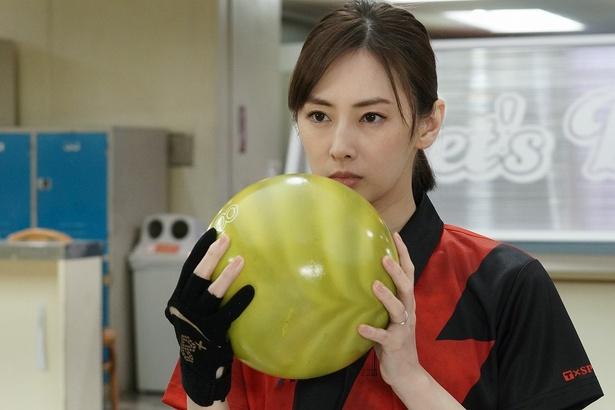 【写真を見る】爆笑必至!北川景子がボウリングに挑戦