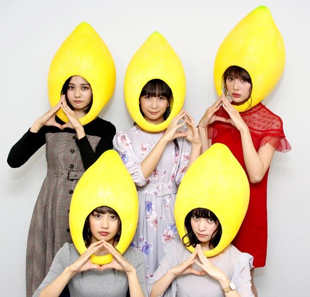 【写真を見る】ゼロイチファミリアの美女たちが頭からすっぽりとレモンを被り…でも美しい