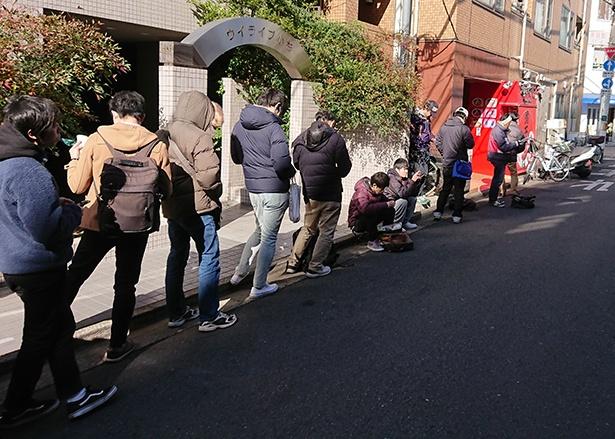 【写真を見る】限定麺の初日はオープン前に20人以上が並んだ