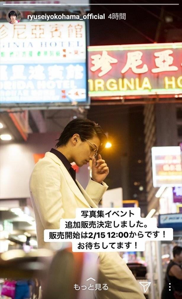 ストーリーではクールな白スーツ姿の横顔を披露