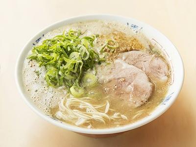 【写真を見る】博多の老舗「八ちゃんラーメン」。超濃厚スープに平打ちの細麺がよく絡む!