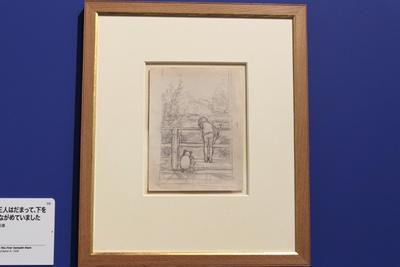"""橋の上に立ち、""""棒投げ""""遊びをしているクリストファー・ロビンとプーさん、コブタ(ピグレット)の原画"""