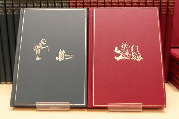「クマのプーさん」の初版本をモチーフにしたハードカバーノート(各1188円)