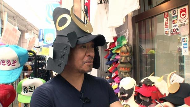 川端商店街で黒田官兵衛の帽子を発見 / DVD「福岡人志、松本×黒瀬アドリブドライブ」
