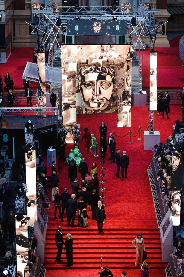 BAFTAのトレードマークであるマスクを飾ったレッドカーペット