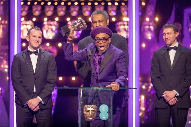 脚色賞は『ブラック・クランズマン』、スパイク・リーがトロフィーを受け取った