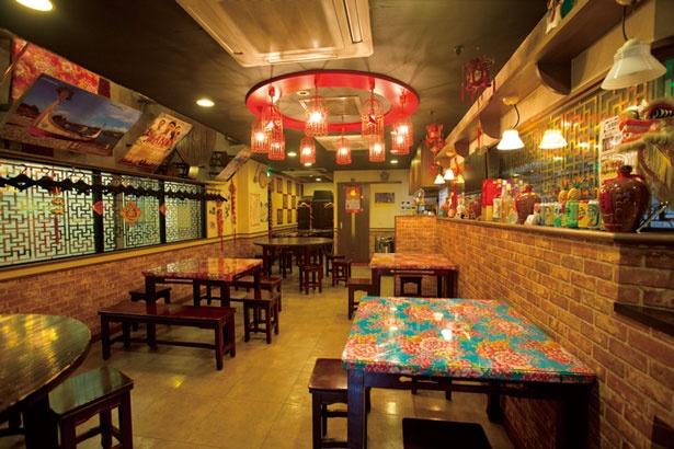 円卓や小物、装飾など、台湾の居酒屋さながらの店内/台湾美食空間 一路發