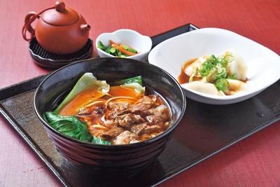 週替りのランチは(1000円)。写真の牛肉麺+水餃子のセットなど、台湾の調味料を駆使した絶品メニューが楽しめる/台湾茶 深泉