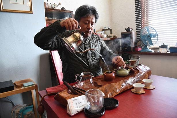 台湾のヒノキを使った特別な台で、一杯ずつ丁寧に台湾茶をいれてくれる(1人1000円〜、お茶請け付き)/台湾茶 深泉