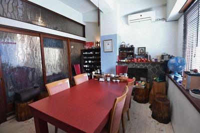 店内は台湾の雑貨や家具がたくさん置かれてにぎやか/台湾茶 深泉