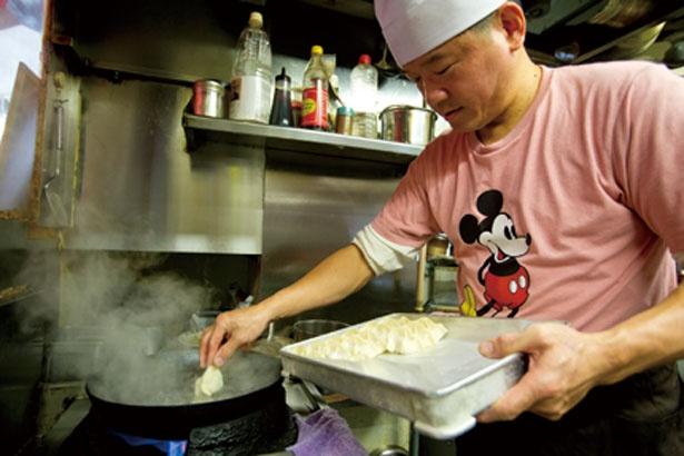 オーナーのお父さん、サイ モンヤンさんが作る餃子は、台湾で1日1万個を売るほどの人気/台湾 同客餃子館