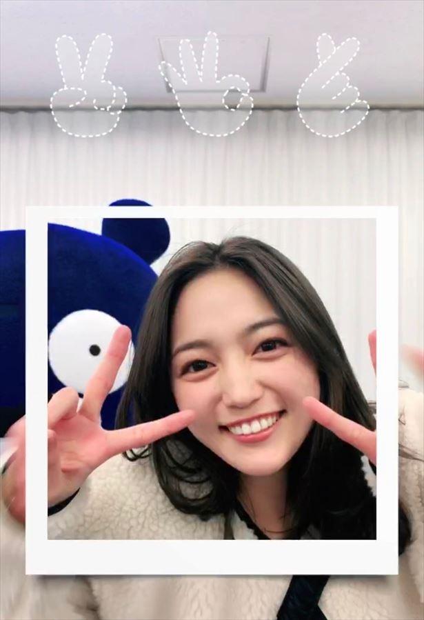 【写真を見る】笑顔が可愛すぎる…TikTokに初挑戦した川口春奈がピース!