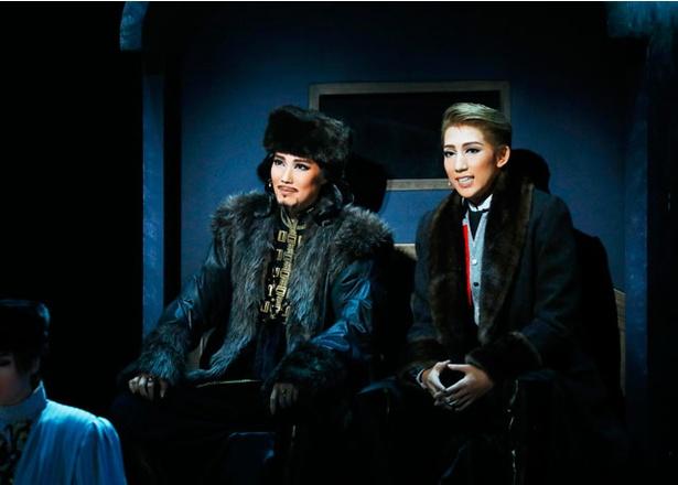 「黒い瞳」 / 愛月ひかる演じるコサックの首領・プガチョフとニコライが、橇(そり)で共に雪原を駆け抜ける名シーン