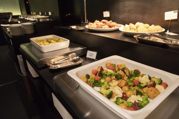 温野菜やパスタ、煮込みハンバーグなどさまざまな料理がブッフェ台に並ぶ