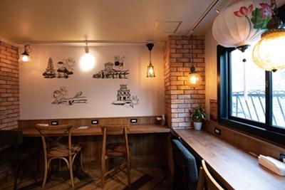 2階は間口は小さいがフリーWi-Fiとコンセントを設置/トゥイ モック カフェ