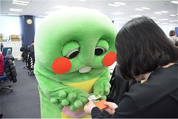【写真を見る】ガチャピンのほっぺがくまモンと同じく真っ赤に!