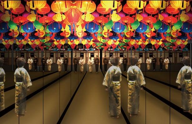 弁天通りからフロントへ向かう「会安通り」など、カラフルな提灯が揺れる幻想的な空間が広がる。レンタル衣装を利用してぜひ記念写真を撮ろう/空庭温泉 OSAKA BAY TOWER