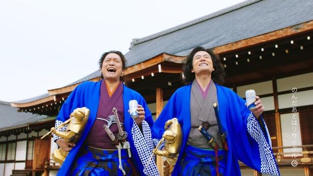 殿様にもらった純金フィギュアを小脇に抱え、「生きてるーっ!」とうれしさを爆発させる香取慎吾と稲垣吾郎