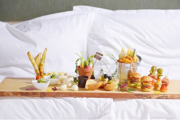 【写真を見る】「To Eat In Bed 2019」で過ごす記念日はきっと特別な思い出になるだろう
