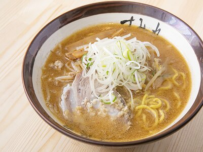 「味噌ラーメン」(900円)。スープの表面にはラードの膜が張られていて最後まで熱々。こってりと濃厚だが、生姜が効き後味はサッパリ