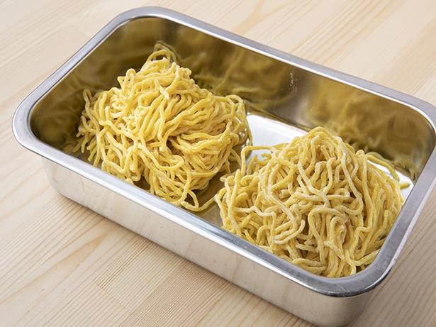 「西山製麺」と共同開発した「特製33丸(すみれ)麺」。卵を練り込んでいて、麺自体の味がしっかり。縮れ麺でスープとよく絡む