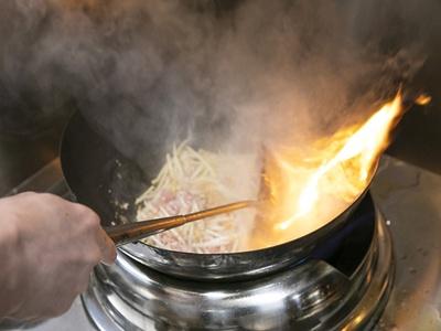 中華鍋で調理するのが札幌味噌の手法。ラードとニンニクにモヤシや豚挽肉、タマネギを強火で炒め、味噌スープを合わせて仕上げる