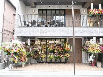 野毛中央通りから一本脇道に入った場所にある。オープンを祝したたくさんの花輪が注目の高さを物語っている。2階は系列のバーに