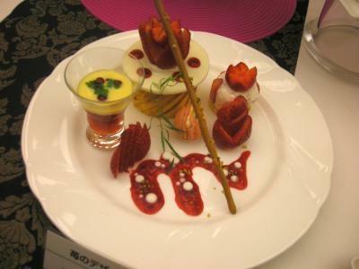 1皿でいろいろ楽しめる「苺のデザート」