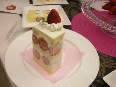 「苺のダブルショートケーキ」は、実際の2分の1サイズで登場