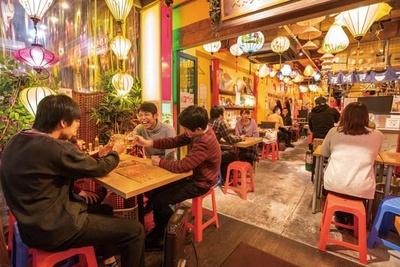 店頭のビニールシートで囲まれた席や、プラスチックの椅子などで現地感を演出!/ベトナム屋台酒場 デンロン