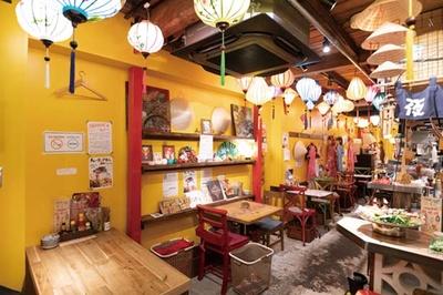 """デンロンとは""""ランタン""""の意味。天井には色鮮やかなランタンが多数/ベトナム屋台酒場 デンロン"""