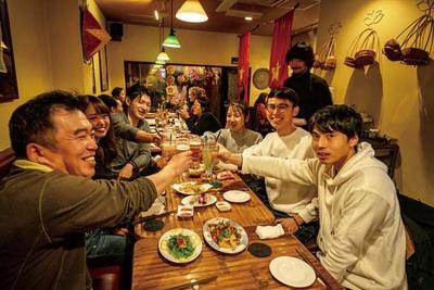 屋台やTシャツが飾られる店内。ベトナムの代表的な料理全8品の屋台コース(1人3240円)もおすすめ/ベトナム料理 コムゴン 京都