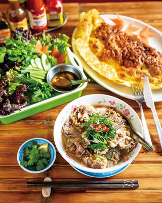 ハノイの牛肉うどん・フォーボー(972円、手前)やバインセオ(1350円、奥)が人気/ベトナム料理 コムゴン 京都