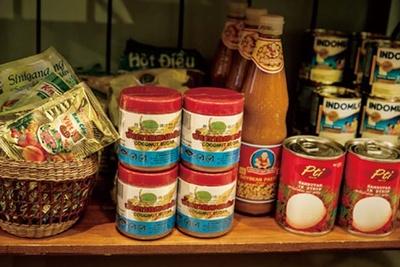ベトナムの調味料やライスペーパー、麺類、コーヒーなどの販売もある。おみやげに購入する人も多い/ベトナム料理 コムゴン 京都