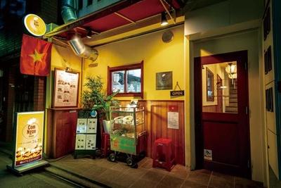 ベトナム国旗と黄色の電気看板が目印/ベトナム料理 コムゴン 京都